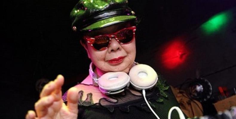 82-годишна жена се изявява като диджей в Токио