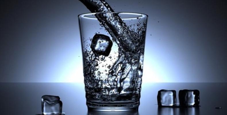 Препоръчителните за човешкото здраве 8 чаши вода на ден сe оказват мит