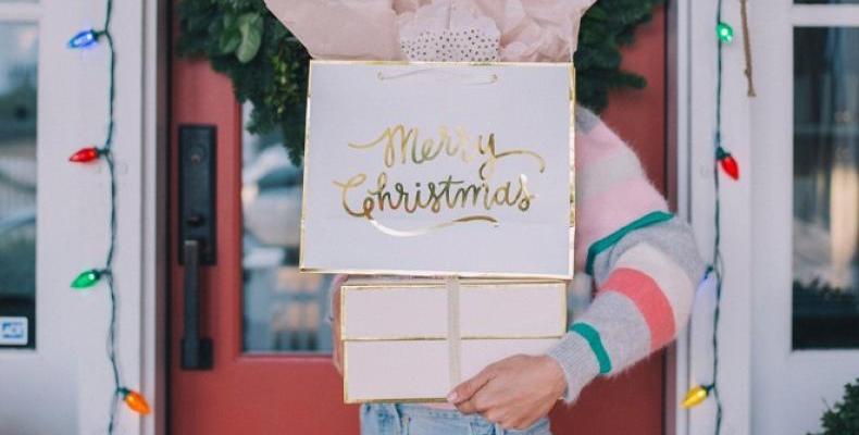 Милиони ненужни подаръци се препродават в интернет след Коледа