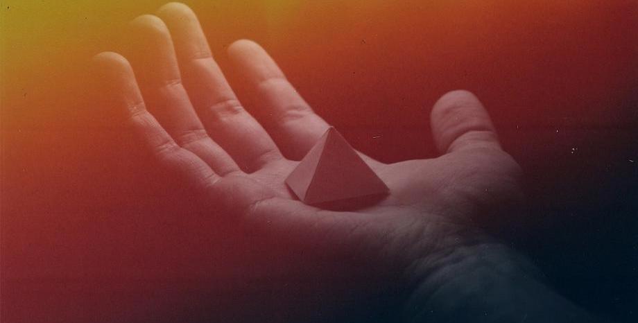 Хеопсовата пирамида с надпис