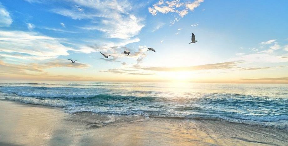 Учени твърдят, че слънцето и солта в морската вода допринасят за унищожаването на COVID-19