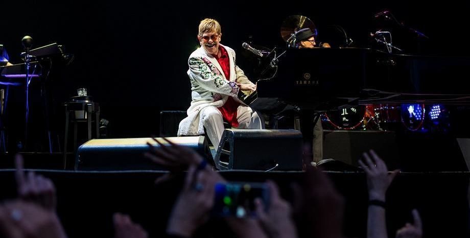 Elton John стартира излъчвания на поредица класически концерти