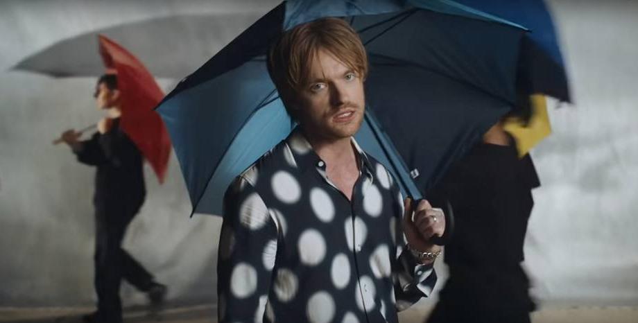 """FINNEAS с нова песен и видео - """"The 90s"""""""