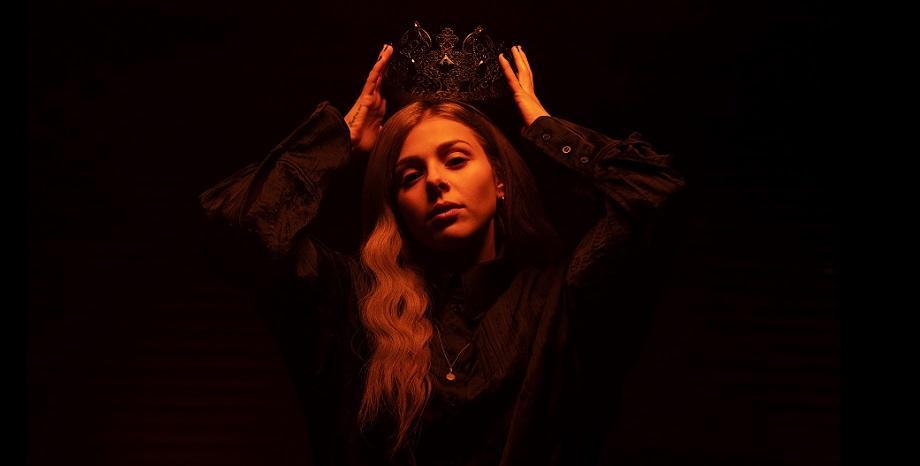 """Victoria представя новата си песен и видеоклип """"Ugly Cry"""""""